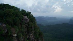 Ideia aérea dos pares na borda da rocha no ponto do Mountain View vídeos de arquivo
