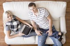 Ideia aérea dos pares que relaxam no sofá fotos de stock