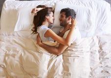 Ideia aérea dos pares românticos que encontram-se na cama junto foto de stock royalty free