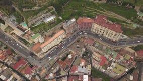 Ideia aérea dos quartos de Nápoles Voo do zangão sobre as ruas e as casas estreitas do quarto espanhol filme