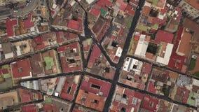 Ideia aérea dos quartos de Nápoles Voo do zangão sobre as ruas e as casas estreitas do quarto espanhol video estoque