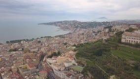 Ideia aérea dos quartos de Nápoles Voo de um zangão sobre Nápoles que negligencia a baía filme