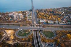 Ideia aérea ou superior da junção do transporte, das estradas asfaltadas com estrada transversaa e das interseções do círculo, ca foto de stock