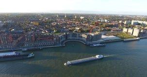 Ideia aérea superior da navigação do barco cidade no rio, Dordrecht video estoque
