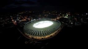 Ideia aérea surpreendente da arena esportiva pronta para o campeonato, arquitetura da cidade da noite vídeos de arquivo