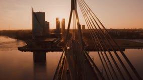 Ideia aérea surpreendente do por do sol sobre a cidade velha de Riga, Vecriga em Letónia Daugava do rio video estoque