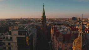 Ideia aérea surpreendente do por do sol sobre a cidade velha de Riga, Vecriga em Letónia Daugava do rio filme