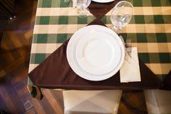 A ideia acima do grupo da tabela consistiu nas dois placas e copos de vinho Imagem de Stock Royalty Free