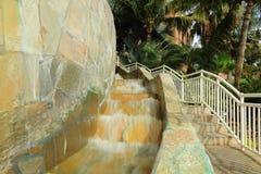 Ideia agradável da entrada a uma construção Água corrente próximo às escadas imagem de stock