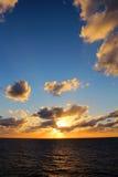 Ideia alta do retrato do por do sol das caraíbas do oceano com ondas calmas foto de stock royalty free