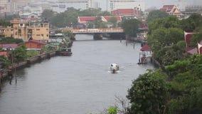 Ideia alta do tráfego de água no canal pequeno em Banguecoque vídeos de arquivo
