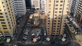 Ideia alta superior de torres, de estradas, de estacionamento, de lojas e de basquetebol da cidade no amanhecer vídeos de arquivo