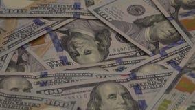 Ideia angular de U S Cem notas de dólar que gerenciem acima do fim vídeos de arquivo