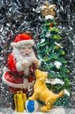 Ideia ascendente próxima da figura decorativa do Natal tradicional de Santa Claus Fundo do Natal postcard foto de stock