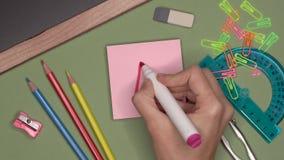 Ideia ascendente próxima da mão da mulher que escreve uma categoria, marca muito boa no bloco de notas vídeos de arquivo