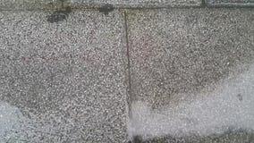 Ideia ascendente próxima das gotas da água chovendo que fazem a ondinha em tijolos cinzentos video estoque