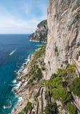Ideia através do caminho de Krupp e o litoral dos jardins de Augustus Giardini di Augusto na ilha de Capri, Itália imagens de stock