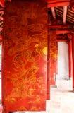 Ideia bonita da arte dos desenhos das portas do templo da literatura Van Mieu no vietnamita, ele conhecido como Temple of Confuci fotografia de stock