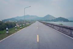 Ideia bonita da paisagem da maneira de estrada ao longo do lado com o reservatório no campo fotos de stock royalty free