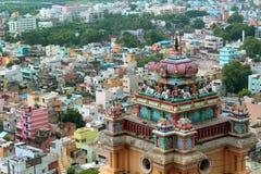 Ideia bonita da parte superior da torre com as casas da cidade no templo vinayagar do rockfort do trichirappalli fotos de stock
