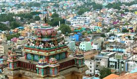 Ideia bonita da parte superior da torre com as casas da cidade no templo vinayagar do rockfort do trichirappalli foto de stock royalty free