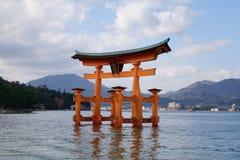 Ideia bonita da porta de Torii em Miyajima, Japão imagem de stock