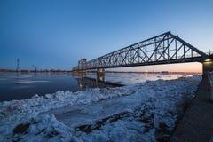 Ideia bonita da tração do gelo sob a ponte de estrada de ferro em Arkhangelsk, Rússia Movimento bonito do gelo em Dvina do norte fotografia de stock