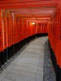 Ideia bonita das portas vermelhas de Torii no santuário de Fushimi Inari em Kyoto fotografia de stock