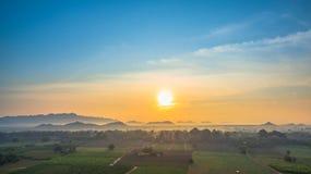ideia bonita de campos verdes imagens de stock royalty free