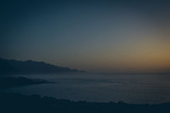 Ideia bonita de cenário tropical surpreendente com os vales da montanha acima do mar aberto largo na luz dourada da noite no por  Imagem de Stock