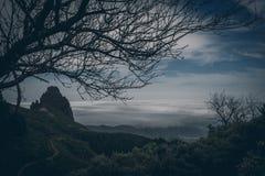 Ideia bonita de cenário tropical surpreendente com os vales da montanha acima do mar aberto largo na luz dourada da noite no por  Fotografia de Stock