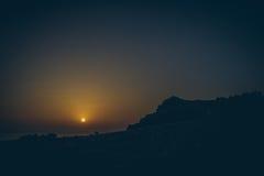 Ideia bonita de cenário tropical surpreendente com os vales da montanha acima do mar aberto largo na luz dourada da noite no por  Foto de Stock