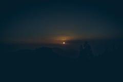 Ideia bonita de cenário tropical surpreendente com os vales da montanha acima do mar aberto largo na luz dourada da noite no por  Imagem de Stock Royalty Free