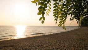 Ideia bonita do por do sol sobre o mar e ele de Baltc Sandy Beach do ` s em Gdynia, Polônia foto de stock