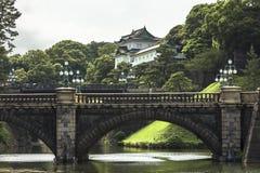 Ideia bonita e cativando do ironbridge do seimon dos jardins do palácio imperial no Tóquio Japão fotografia de stock