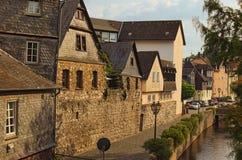 Ideia cênico da parte histórica da cidade de Wetzlar Terraplenagem do rio de Lahn com construções medievais fotos de stock royalty free