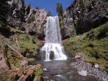 Ideia cênico de quedas de Tumalo da parte inferior de uma cachoeira foto de stock royalty free