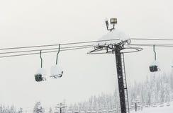 Ideia cênico do elevador de esqui com sobre a montanha na estância de esqui Foto de Stock