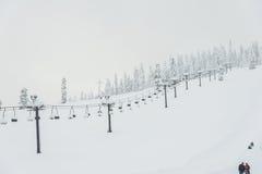Ideia cênico do elevador de esqui com sobre a montanha na estância de esqui Imagens de Stock