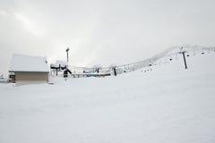 Ideia cênico do elevador de esqui com sobre a montanha na estância de esqui Fotos de Stock Royalty Free