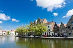 Ideia clássica das canaletas de Bruges bélgica imagens de stock