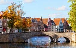 Ideia clássica dos canais de Bruges imagens de stock