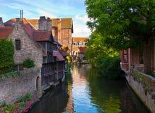 Ideia clássica dos canais de Bruges. Bélgica. foto de stock royalty free