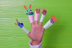 A ideia criativa das crianças que jogam os animais de papel da pintura enfrenta bonito e bonito imagens de stock