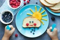 Ideia criativa para o café da manhã da criança foto de stock