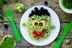 Ideia criativa para o jantar do bebê ou o almoço - monstro verde dos espaguetes Fotos de Stock Royalty Free