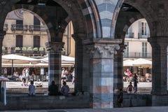 A ideia da área aglomerou-se com arcos antigos Fotografia de Stock