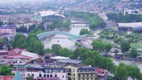 Ideia da arquitetura da cidade de Tbilisi do centro com rio Kura de Rike Park, ponte da paz, marcos famosos da cidade velha geórg video estoque