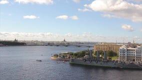 Ideia da Aurora do rio e do cruzador de Neva A Aurora do cruzador do russo fica em Neva em St Petersburg Cruzador do monumento video estoque