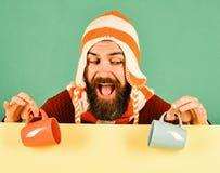 Ideia da bebida de outubro outono e conceito do tempo frio Homem no chapéu morno imagens de stock